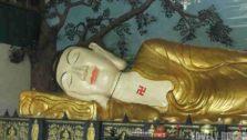 Patung Budha Tidur di Vihara 8 Po Sat