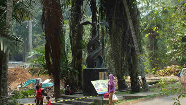 Monumen Kelapa Sawit di Kebun Raya
