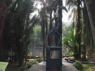 Monumen Kelapsa Sawit di Kebun Raya Bogor