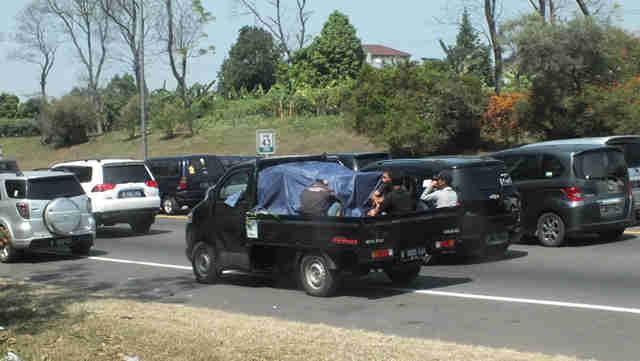 Membawa Penumpang Di Kendaraan Bak Terbuka