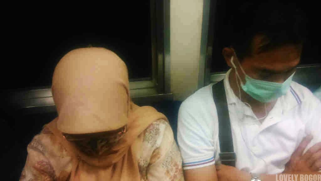 10 Tingkah Penumpang Commuter Line Selama Perjalanan