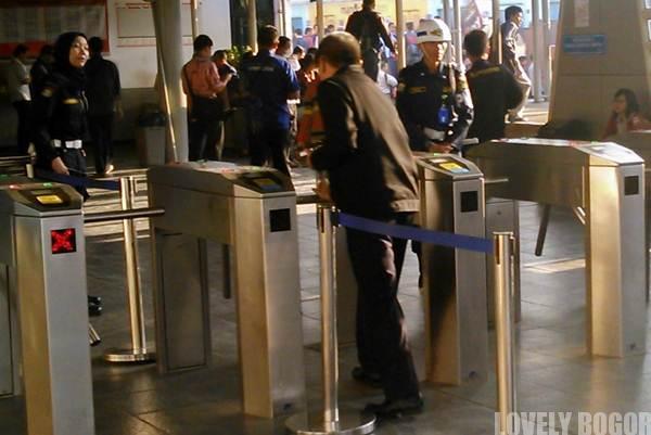 Petugas Keamanan Dalam Commuter Line – Jempol!