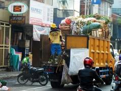 Truk Pengangkut Sampah di Jalan Suryakencana