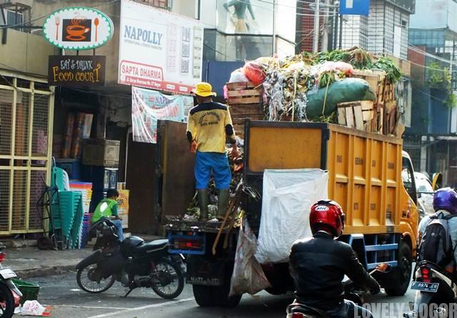 Manfaat Membuang Sampah Pada Tempatnya Bagi Petugas