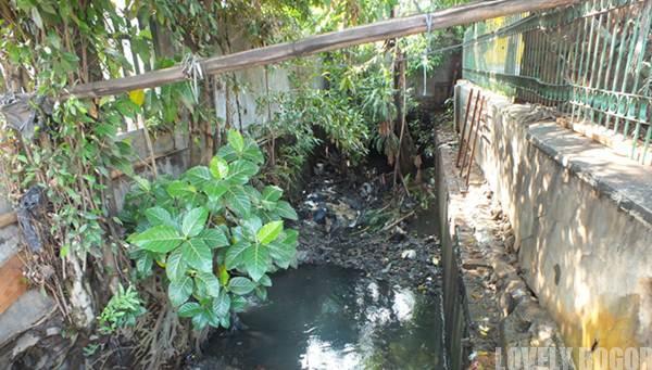 Saluran Air Yang tersumbat Sampah Plastik