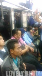 penumpang commuter line 11