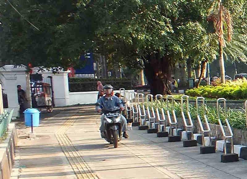 Pengendara Motor di Trotoar Jalan Juanda Bogor