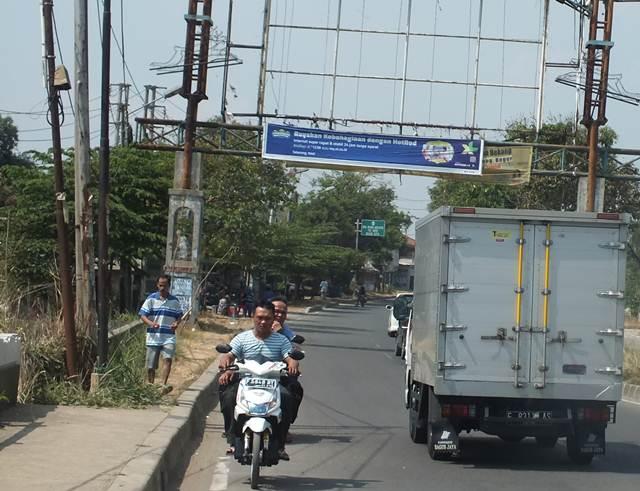 Pengendara Motor Melawan Arus di Salabenda