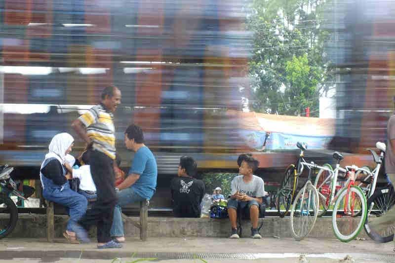 Piknik Di Pinggir Rel Kereta