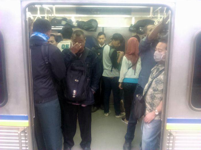 Berdiri Di Depan Pintu Kereta Itu Menghalangi