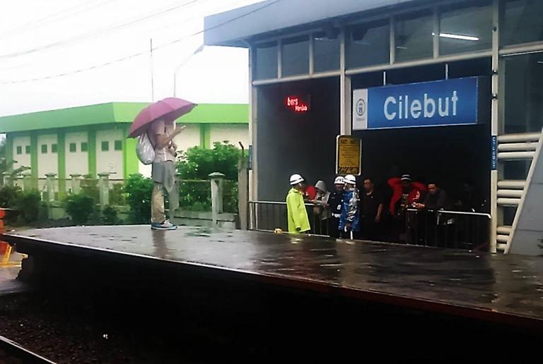 Saat Hujan Di Stasiun Cilebut