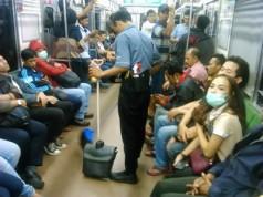 Petugas Kebersihan Commuter Line