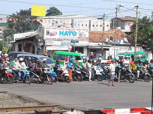 Pengatur Lalu Lintas di Jalan RE Martadinata - Pahlawan Tanpa Tanda Jasa 04