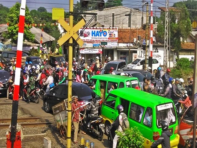 Pengatur Lalu Lintas di Pintu Perlintasan RE Martadinata Bogor