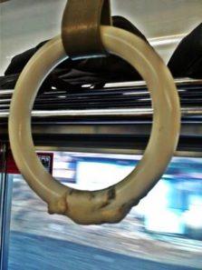 Bekas Permen Karet di Pegangan Tangan Commuter Line
