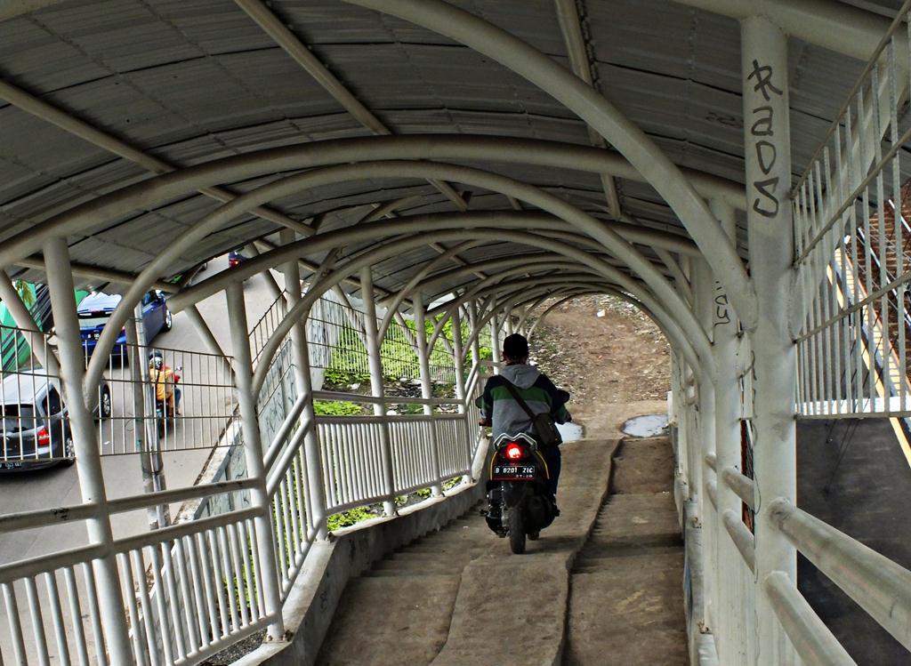 Jembatan Penyeberangan Orang atau Jembatan Penyeberangan Motor