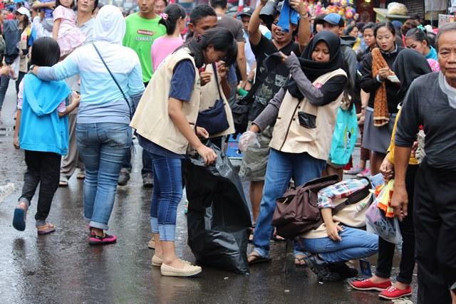 Tim Pemungut Sampah di CGM Street Fest 2017 : Empat Jempol Untuk Anda!