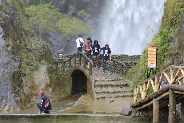 Jembatan bambu di curug bidadari atau air terjun bojong koneng