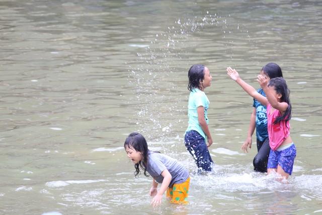 pengunjung di curug bidadari atau air terjun bojong koneng 58