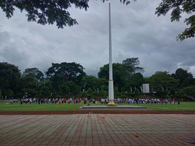 Tiang bendera di lapangan sempur