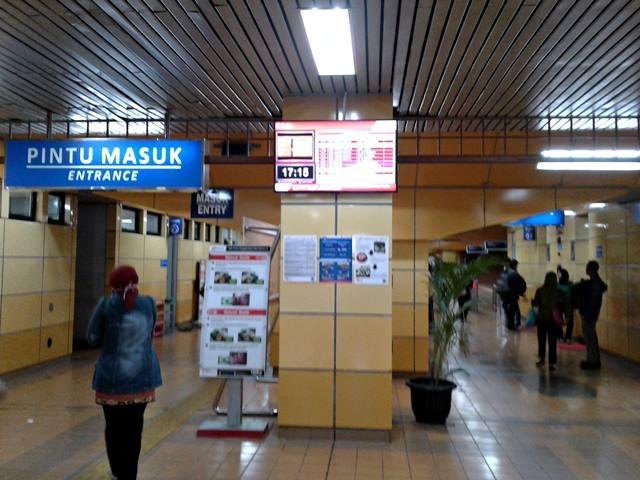 layar informasi perjalanan commuter line a