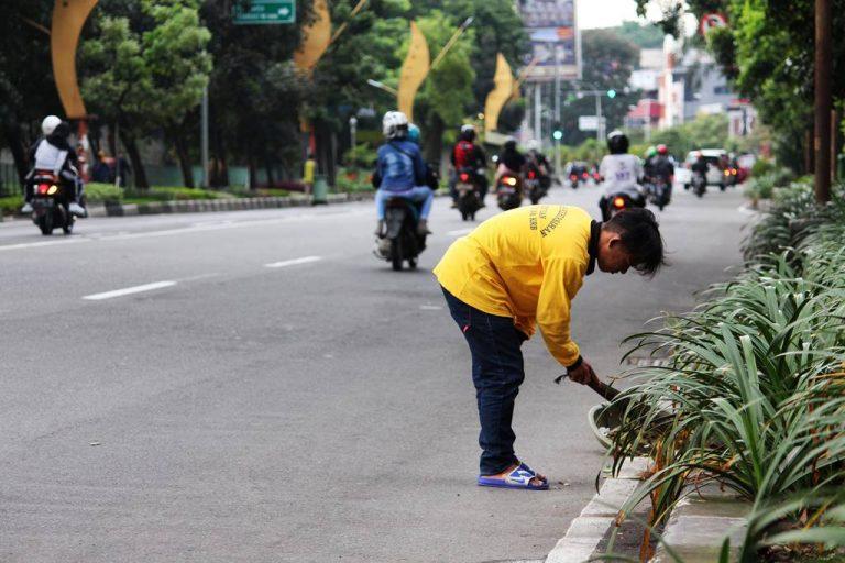 (Mari Bantu) Petugas Kebersihan Menjalankan Tugas Mereka