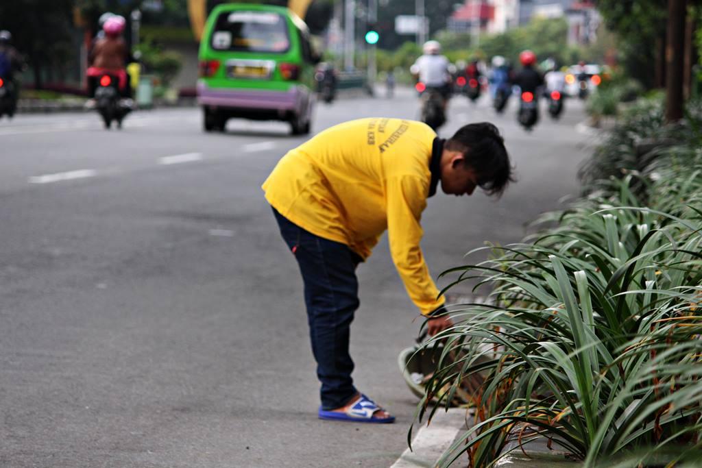 Mari Bantu Tugas Petugas Kebersihan Menjalankan Tugasnya