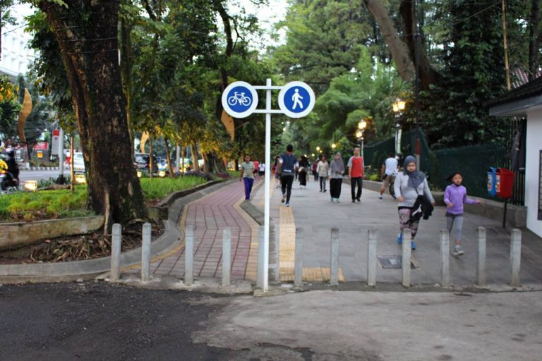 Seharusnya Tidak Perlu Ada! Tonggak Penghadang Pemotor di Trotoar Seputar Kebun Raya Bogor