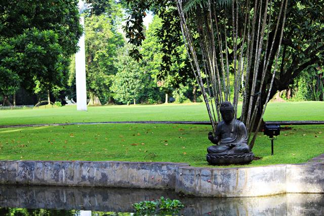 patung budha di halaman belakang Istana Bogor