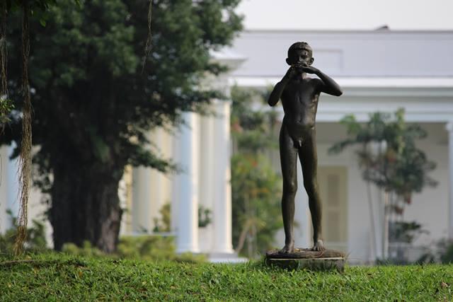 patung peniup seruling di halaman belakang Istana Bogor 2