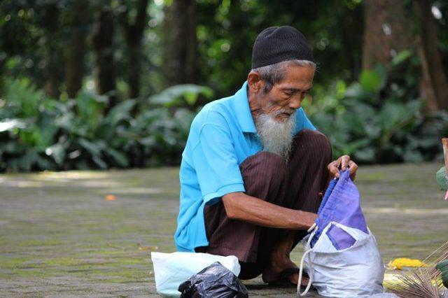 Kakek Petugas Kebersihan di Kebun Raya Bogor