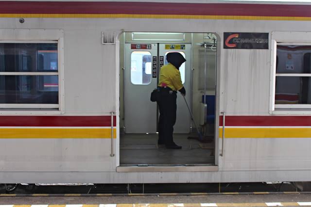 Kebersihan di Dalam Commuter Line Selalu Terjaga