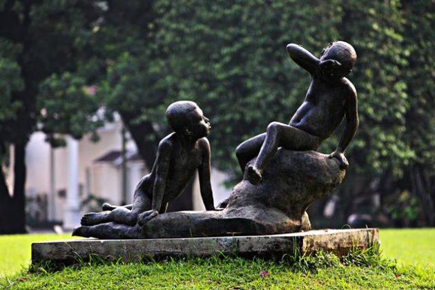 Patung dua anak bermain 2
