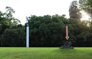 Patung dua anak bermain