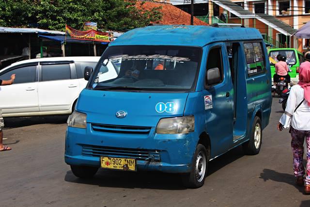 angkot ukuran besar di Bogor