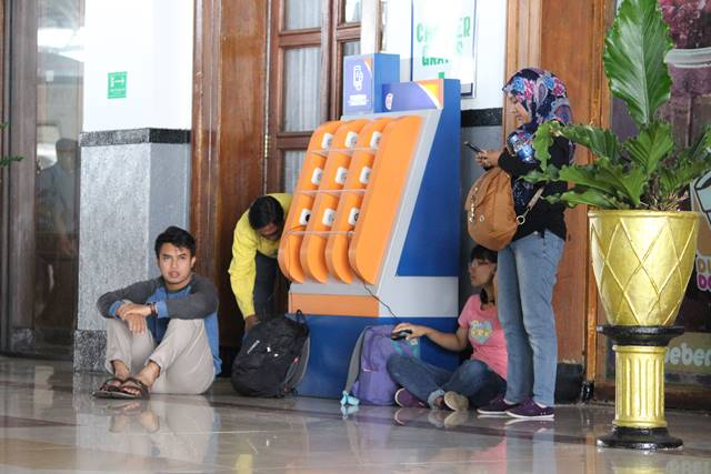charger hp gratis di stasiun