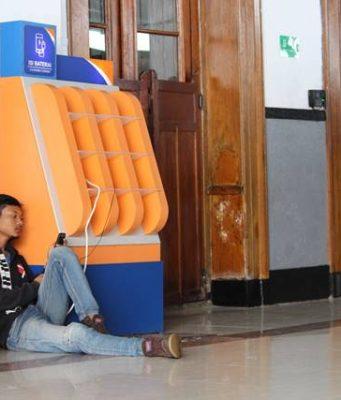 Fasilitas Penunjang Terpenting di Stasiun Ternyata Charger HP Gratis