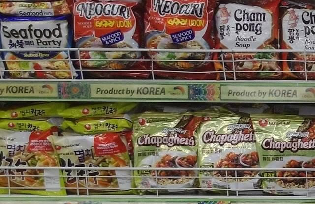 Produk makanan kemasan asal korea di Giant Hypermarket