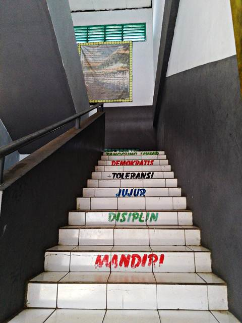 Mudah-Mudahan Tangga Motivasi di SMA Negeri 10 Bogor Bisa Memotivasi Meraih Cita-Cita