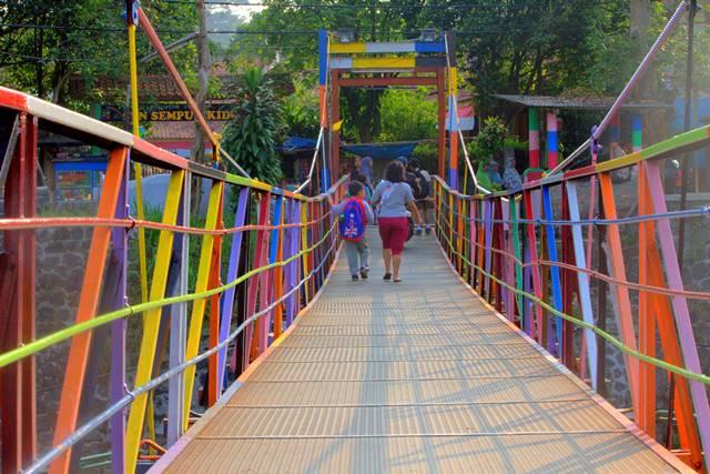 Jembatan gantung warna warni sempur lebak kantin b