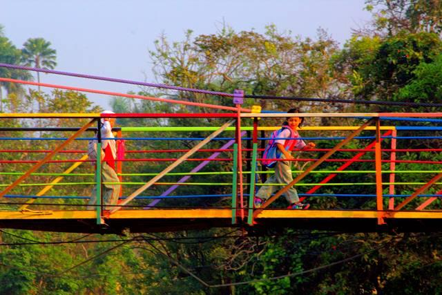 Jembatan gantung warna warni sempur lebak kantin d