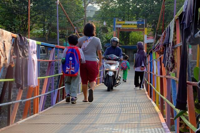Jembatan gantung warna warni sempur lebak kantin e