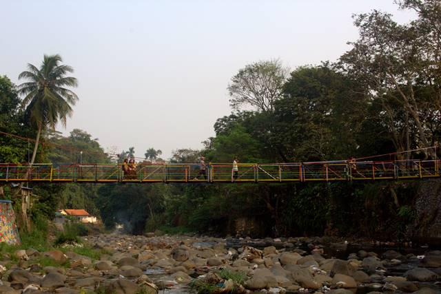 Jembatan Gantung Warna Warni Penghubung Sempur – Lebak Kantin