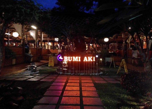 Rumah Makan Bumi Aki Bogor di Malam Hari