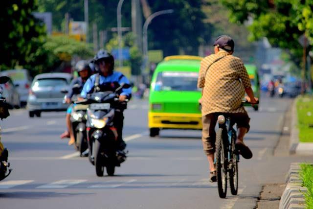 Bukan cuma pemotor yang sering berkendara melawan arah - pesepeda berkendara melawan arah lalu lintas 2