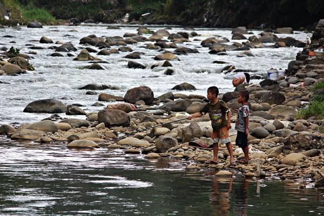 Foto ini Menggambarkan Kehidupan Di Pinggir Sungai Ciliwung -Secara Tak terduga