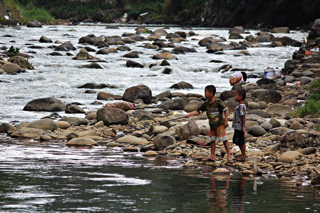 Foto ini Menggambarkan Kehidupan Di Pinggir Sungai Ciliwung : Secara Tak terduga
