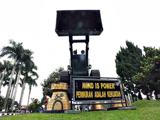 Monumen Buldozer di Pusdikzi