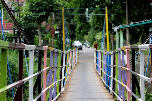 Ternyata ada jembatan penuh warna yang lain di Sempur b