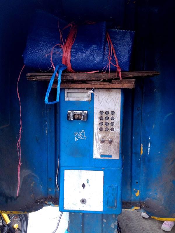 telepon umum koin kuno di pertigaan jalan pengadilan b